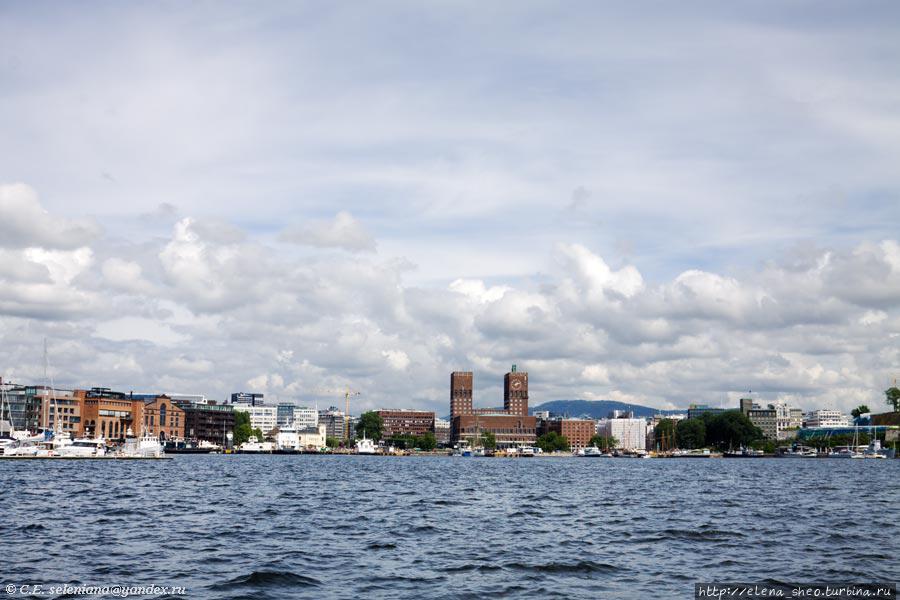 9. Ратуша уже издалека становится видна с катера, который идёт с острова Бюгдой. На этом острове, или вернее, полуострове, находятся пять важных музеев Осло, так что его не минует ни один уважающий себя турист, а потому его вряд ли минует и этот вид.