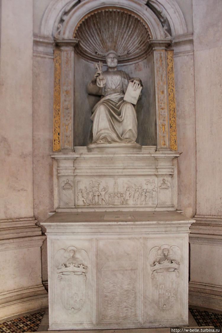 Алтарь со статуей святого