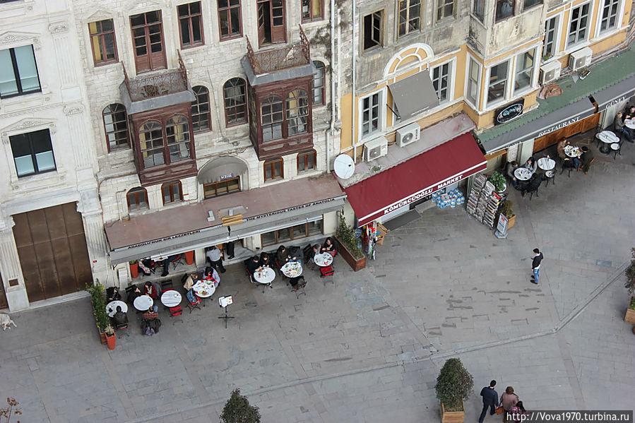 Вид с башни на прилегающую площадь с кафе.