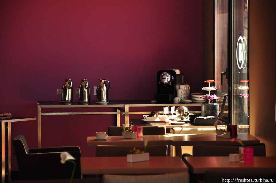 Глубокий фиолетовый стен и темное дерево — выразительность главному залу ресторана обеспечена.