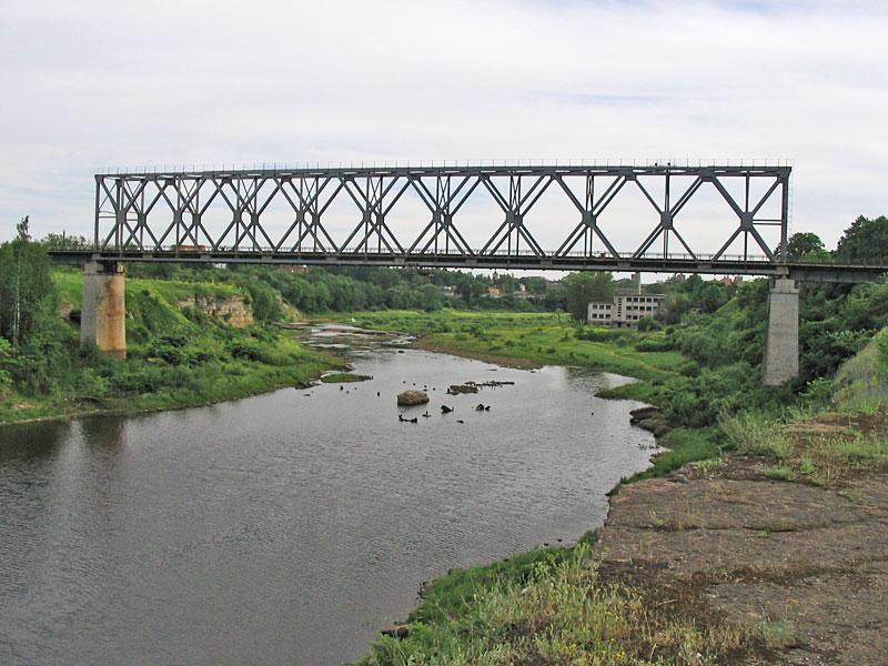 Железнодорожный мост над сухим руслом реки