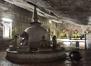 Здесь тоже есть свои святые источники, обладающие, как считают ланкийцы, целительными свойствами. Из трещин со стен и потолка стекает вода, которую собирают в огромные чаны.