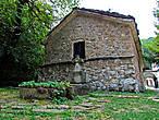 с тыльной стороны храма старое же и кладбище монахов