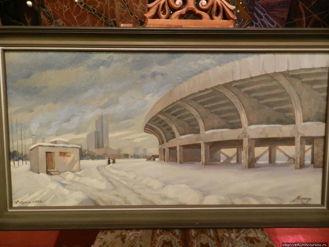 (На картине изображён стадион в 80-х годах. Маленькая будка — секретный выход из бункера)