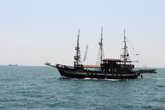 такие кораблики совершают 20-минутные туры по заливу