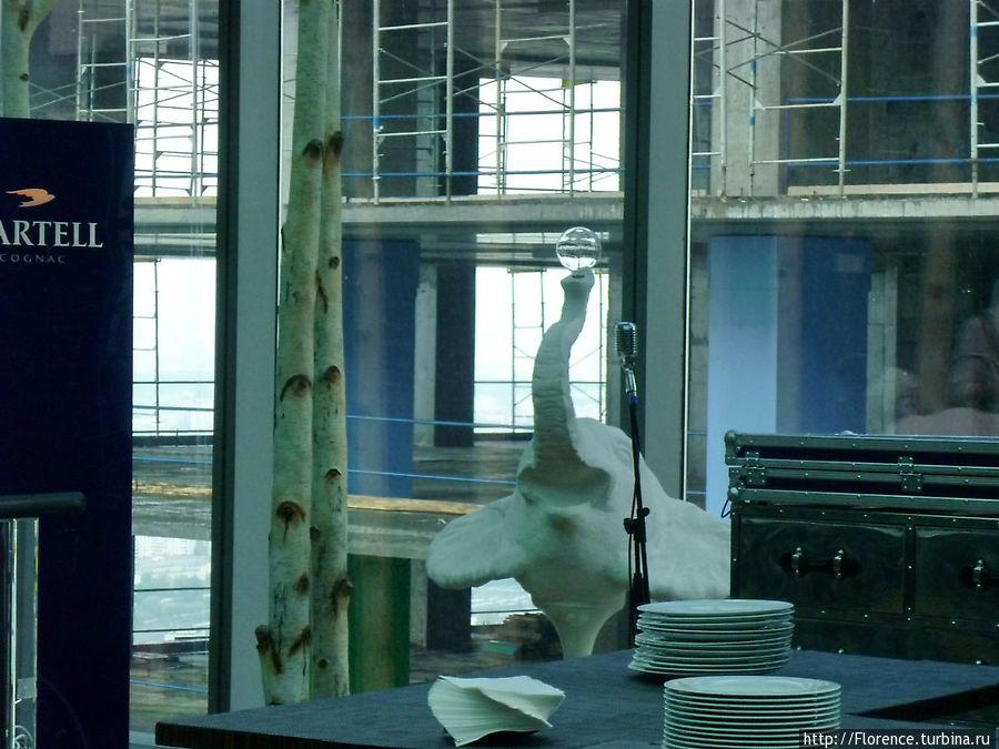 Слон (элемент оформления ресторана) проецируется на стройку