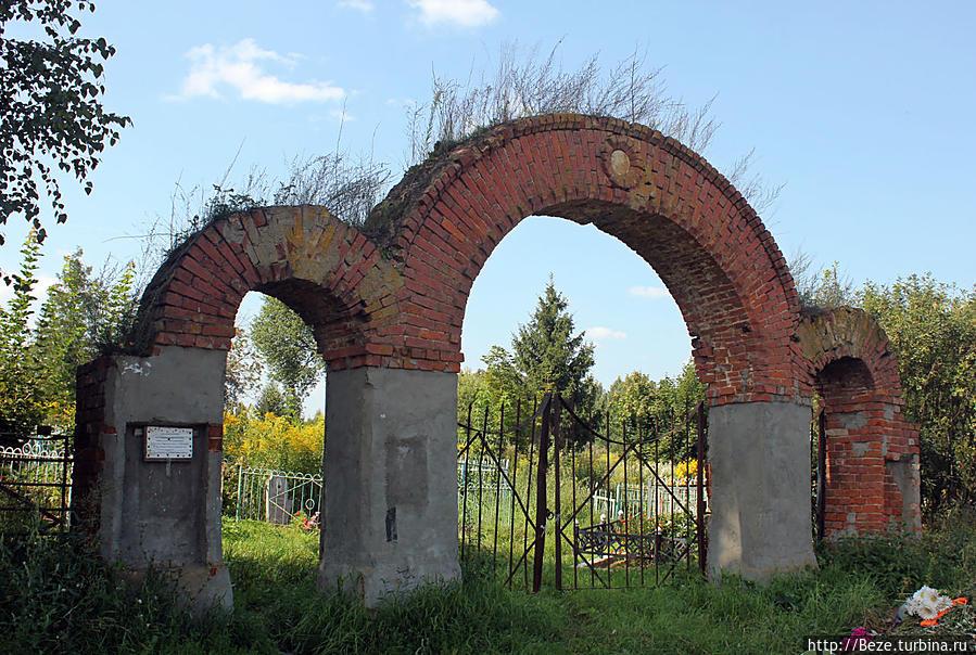 Старые кладбищенские ворота