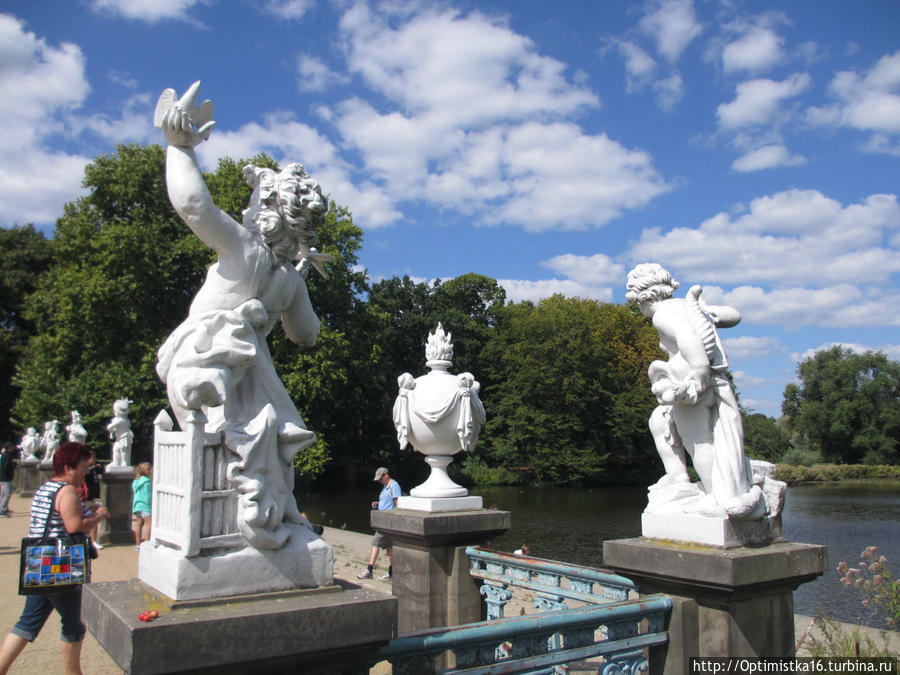 Барочные скульптуры в парке