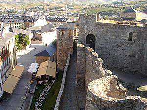 Идём по замковой стене.