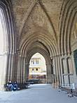 Собор выглядит очень величественно , большой по размерам, имеет множество башенок, окон разного  размера , пилястр и арок.