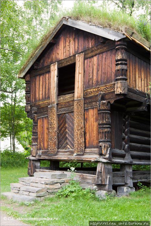 28. Этот дом поразил меня до глубины души. На мой взгляд, это самый красивый дом музея. Он изящен и как никакой другой похож на домик сказочного персонажа (1754 год, № 141). По углам фигурные столбы, а фасад украшен резьбой.