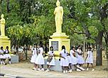 Как и повсюду на Шри-Ланке у школьников своя форма, как правило белая