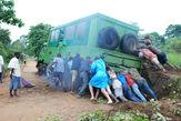 Только с помощью местных жителей нам удалось вытащить машину из скользкой западни