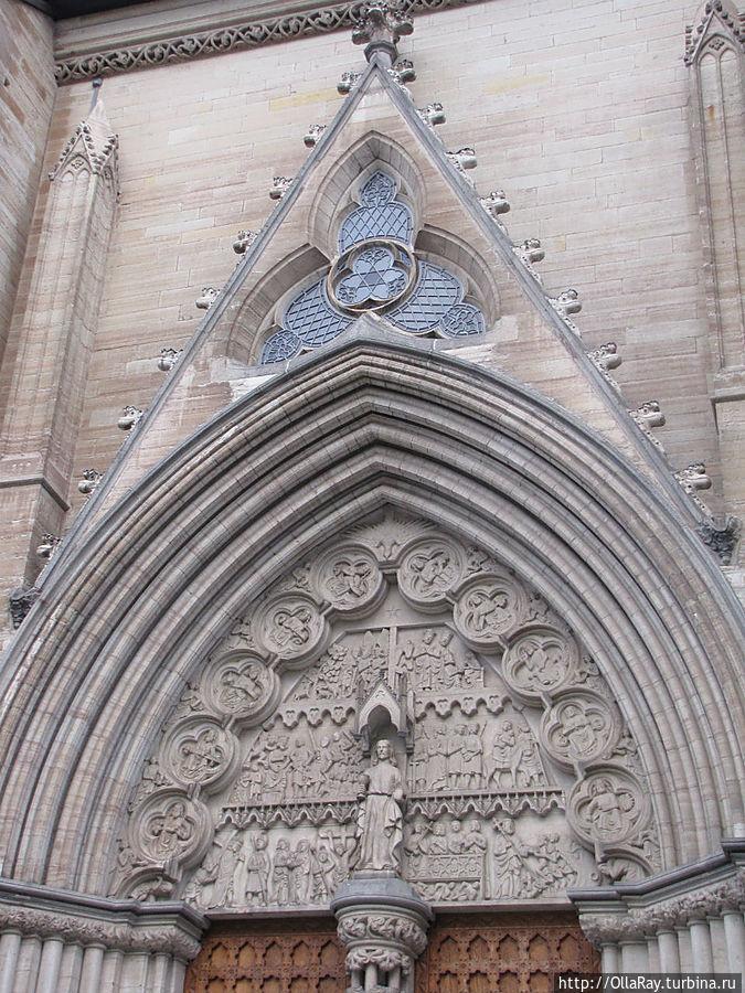 Один из боковых входов в собор.