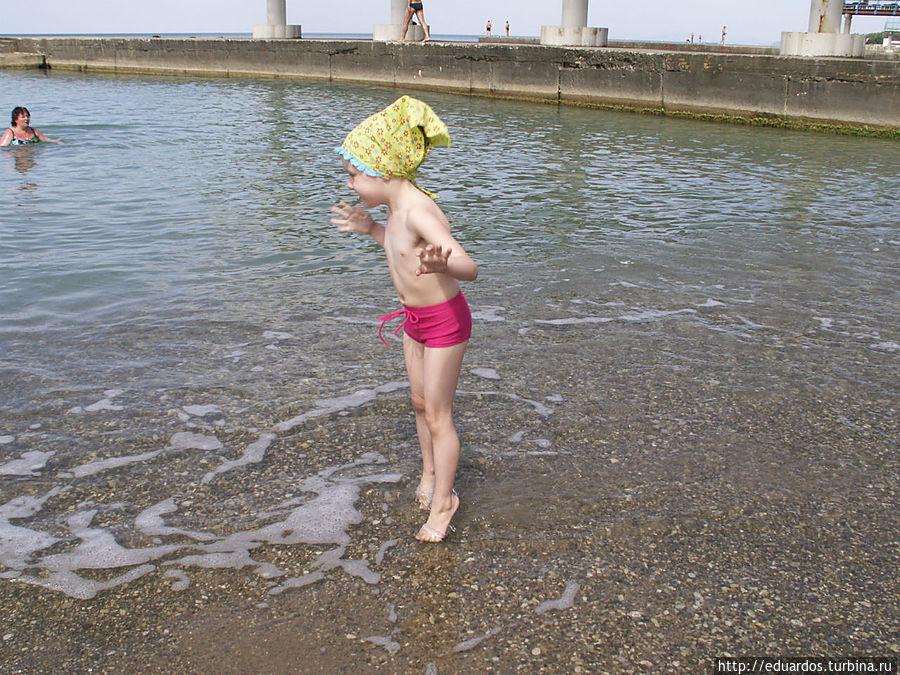 Чудесный пляж на фоне полосатых скал!!  Дивноморское Дивноморское, Россия