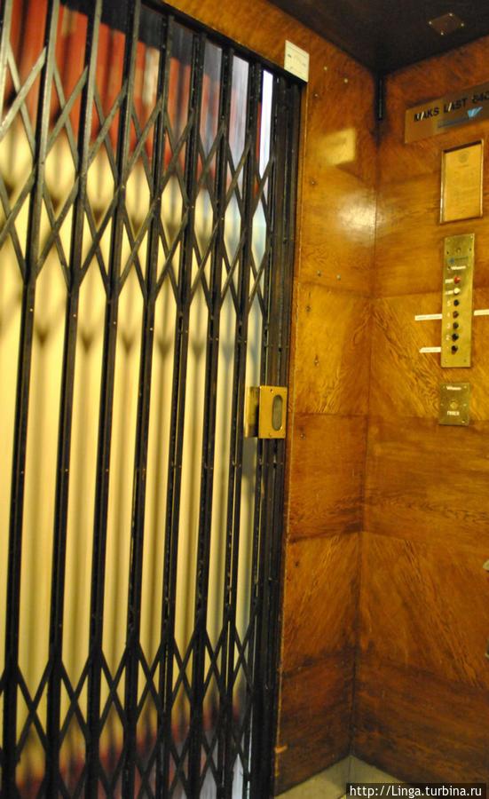 Доисторический лифт в хостел