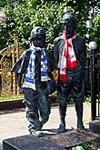 Совершенно замечательный памятник футбольному тренеру — детишки, как настоящие:))