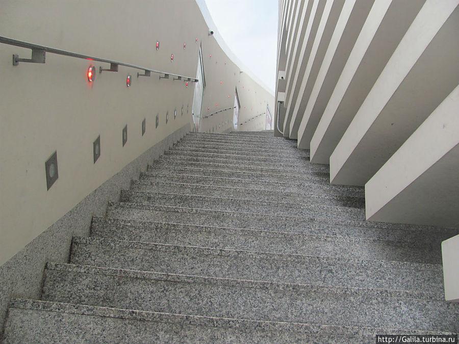 Та самая лестница ведущая от казино.