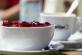 На обед — легкий перекус: вкуснейший йогурт с вареньем и кофе