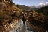 В Гималаях много подвесных мостов через пропасти