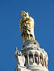 статуя Девы Марии с трубящими ангелами