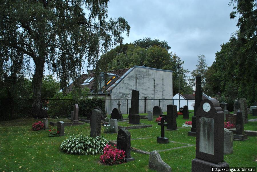 Жилой дом с таким милым балкончиком, соседствующим с тихим кладбищем