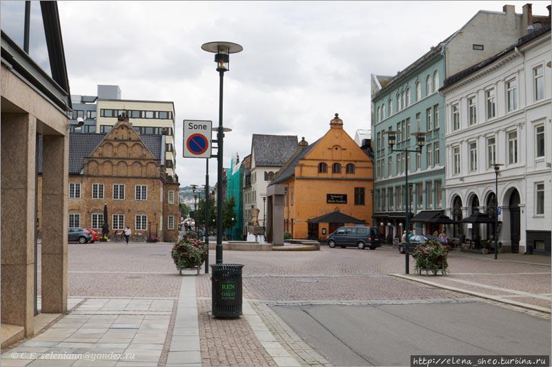 23. А мне надо в свой отель, и путь к нему лежит по многажды пройденной улице Rådhusgata, которая идёт от Ратушной площади, проходит насквозь эту площадь и идёт дальше. Вот туда-то я и пойду — в прогал между домами.