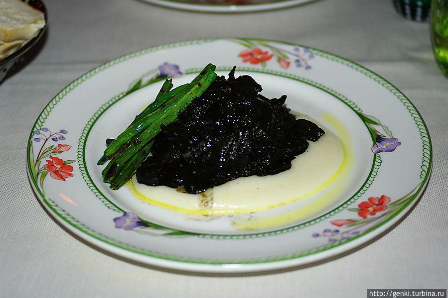 Мясо в чернильном соусе! Оно и правда черное-черное :)