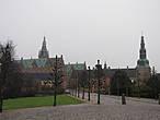 6 января выдался сырым и туманным, но такова уж датская зима ( а для русского человека и не зима вовсе). Периодически накрапывал мелкий дождь. Но   окутанный туманом замок не вызывал никаких мрачных ассоциаций. Быть может даже, погода подчёркивала  его грандиозность.  Машину оставили на парковке у входа, опытным путём установив, что в воскресенье она бесплатна.