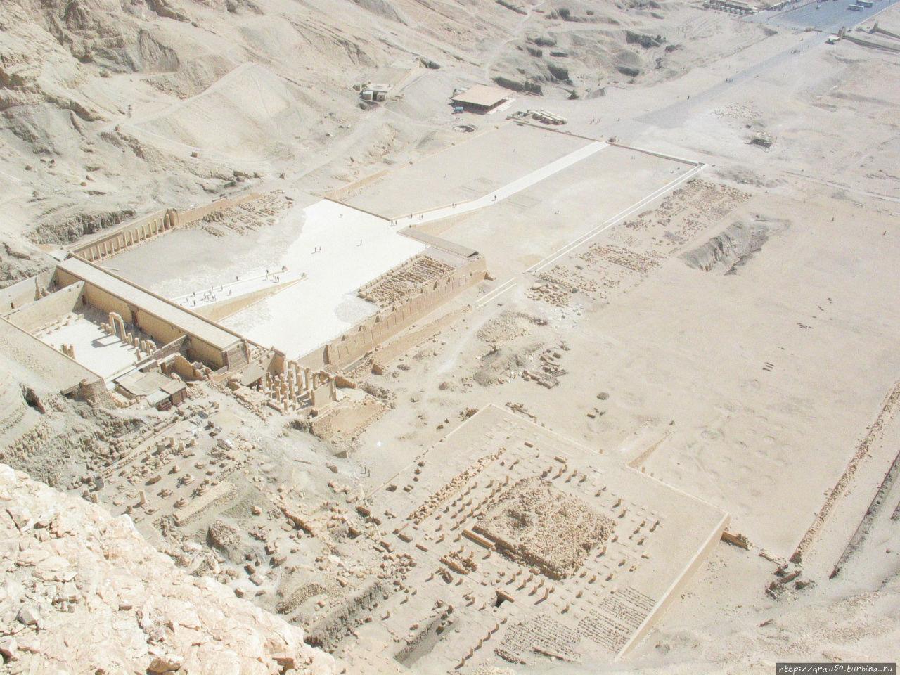 Три храмы в Дейр-эль-Бахри с вершины скалы позади них, часть храма Хатшепсут на левой, храм Тутмоса III в центре, и храм Ментухотепа II, справа. (Фото из Интернета)