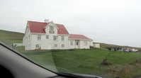 Одинокий домик-хостел на дороге