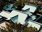 Крыши святилища Фукиагэ, расположенного на территории замка. В этом синтоистском храме, позаимствовавшем одно из старых названий замка Имабари, помимо приносящих всяческую удачу богов почитают дух Тодо Такаторы.