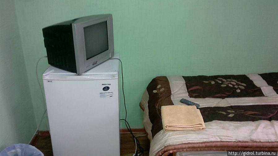В двух местном номере есть телевизор и холодильник.
