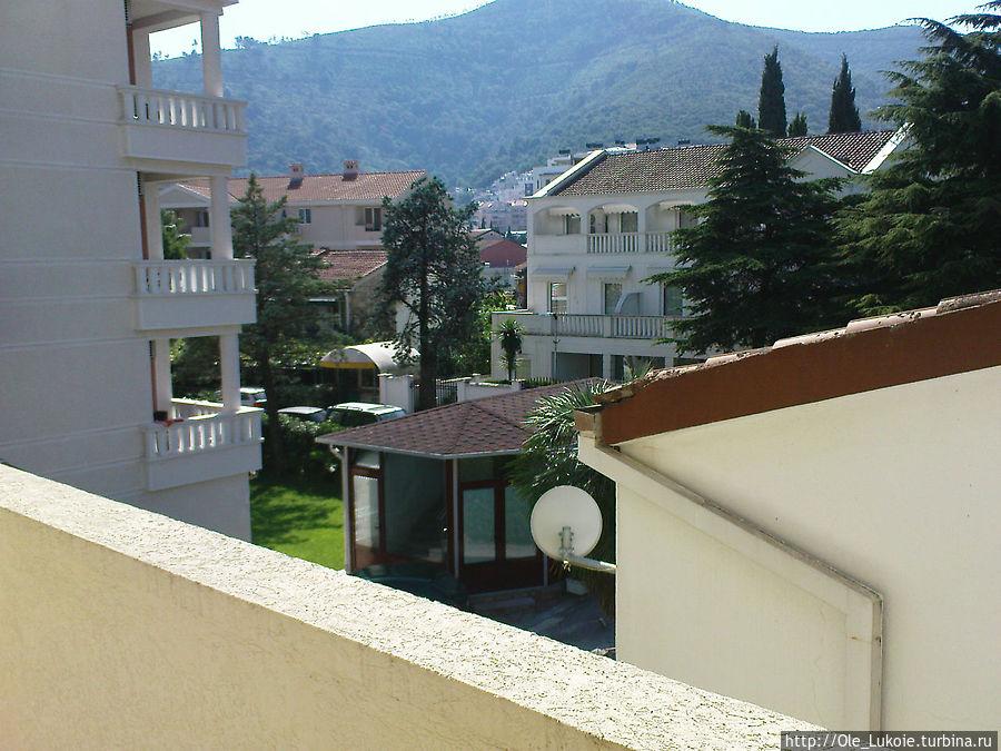 Вид из окна на улицу с балкона