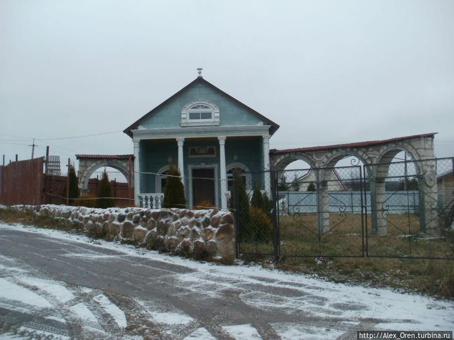 Дорога к мемориалу проходит мимо садоводства. Красивый домик — мне понравился.