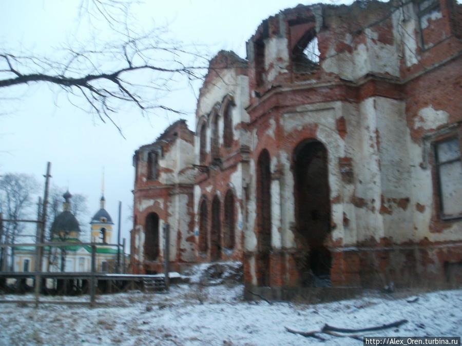 Сейчас в каменных зданиях, где в то время находились скот и овощехранилища, остались одни руины.
