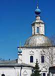 Мы посетили церковь Космы и Дамиана,  рядом с которой находится кладбище. В этот день здесь завершила свой путь праздничная колонна, чтобы возложить цветы на могилы участников Великой Отечественной войны.