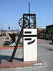 Справа от ДК — аллея шахтерской славы, открытая в 2002 г. ко дню шахтера.