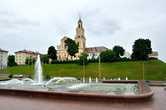 Католическая церковь и фонтан у театра