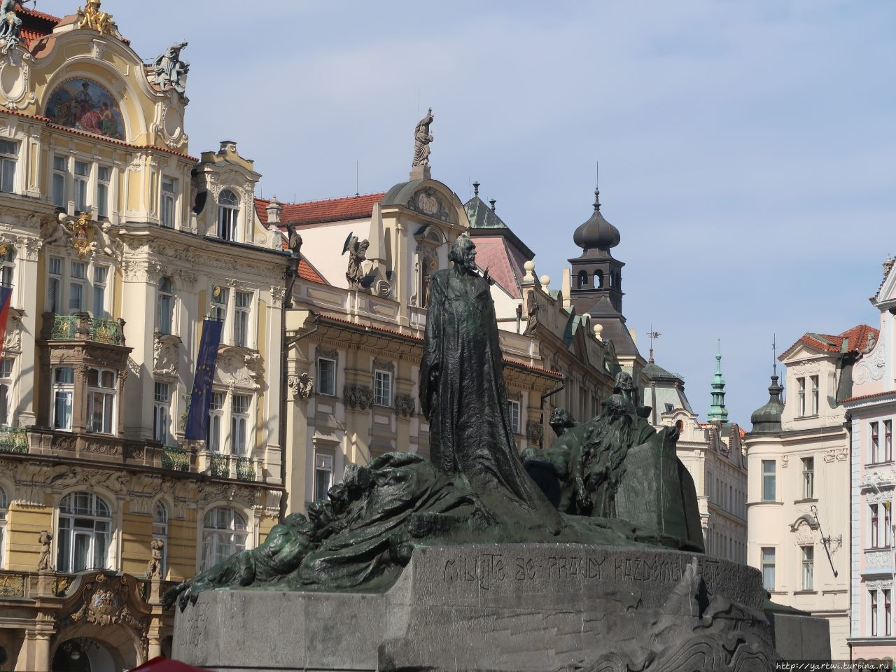 На площади находится брон