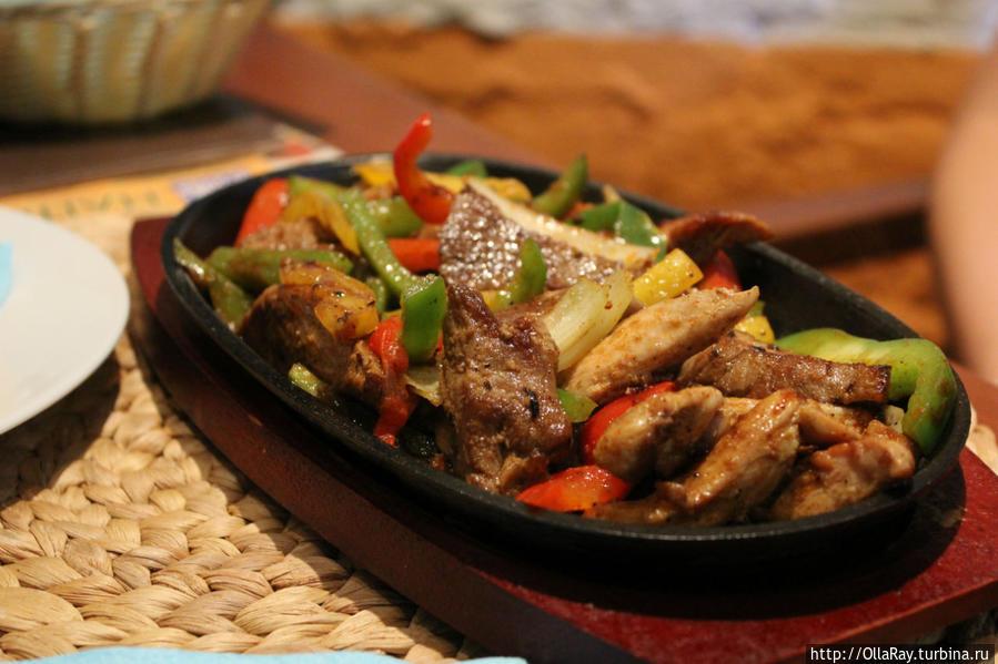 Фахитас Микс — говядина, свинина и куриное филе, обжаренные с овощами. Подаётся на раскалённой сковороде и поджигается текилой. Сервируется соусами «Крема», «Сальса», «Сырный», «Гуакамоле» и лепёшками.