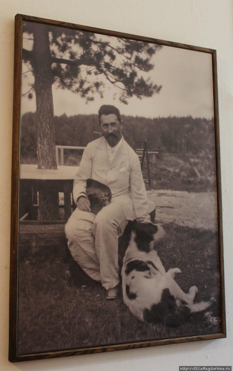 А это фотография художника, у ног которого сидит любимый пёс Пегас. Именно он позировал вместе с одной из дочерей для картины