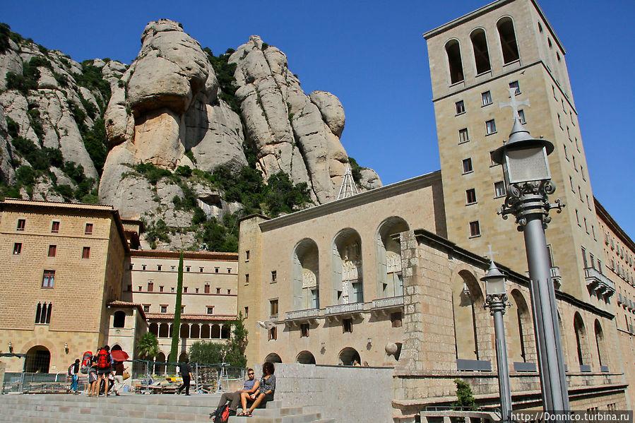 Картинка монастыря высоко в горах незабываема, но не стоит забывать и о том, что в него и в окружающую инфраструктуру были вложены огромные деньги. Сыграло свою роль конечно и близость к Барселоне Монастырь Монтсеррат, Испания
