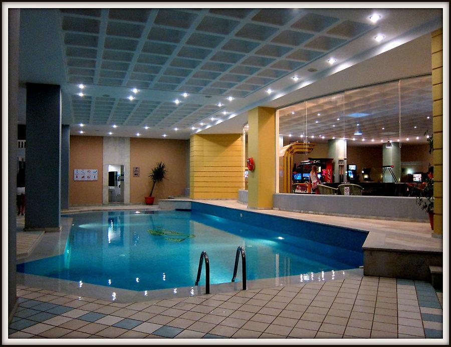 Есть маленький закрыты бассейн, но он летом не работает.
