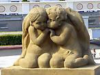 Скульптуры, украшающие фонтан перед зданием курортной водолечебницы
