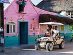 Большинство местных катаются по песчаным дорожкам острова на машинках для гольфа мимо пестро разукрашенных домиков, хоть расстояния тут и небольшие.