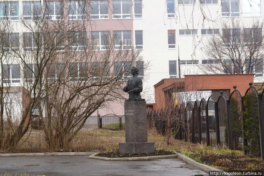 памятник Голубкиной во дворе дома