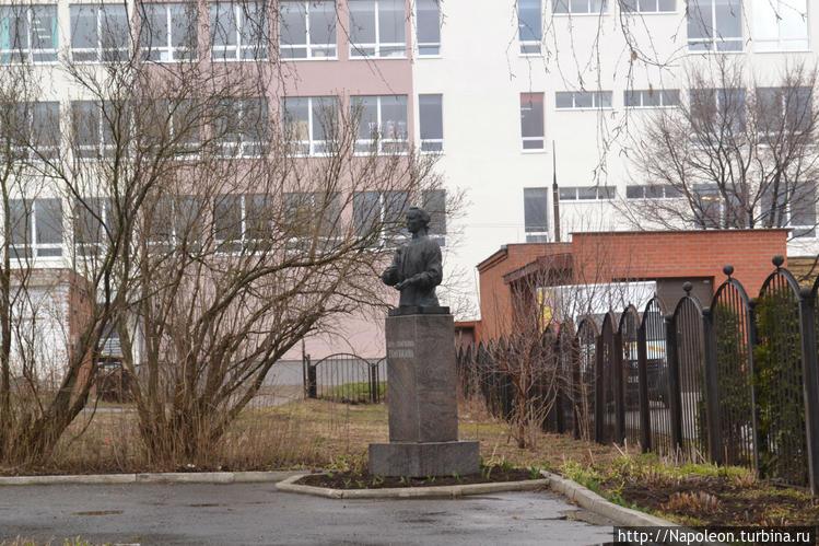 памятник Голубкиной во дв