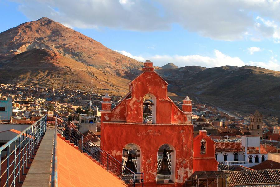 вид на лестницу проходящую вдоль колокольни и на Cerro Rico