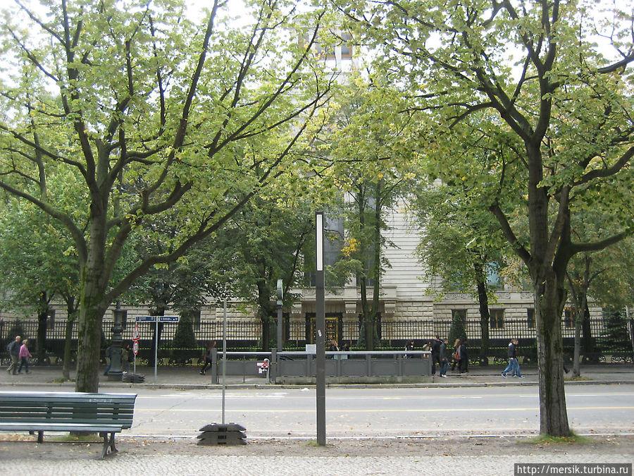 За деревьями здание Российского посольства